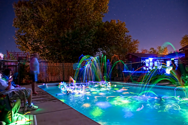 Glowing pool party with glow sticks - How to make a pool party ...